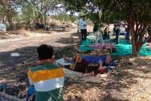 印度村民不敢去医院无证医生路边给新冠病人输液
